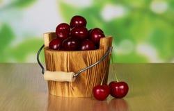 Деревянное ведро заполненное с вишнями Стоковое Фото
