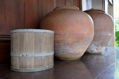 Деревянное ведро с 2 опарниками стоковые изображения