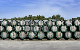 Деревянное вино несется под открытым небом на дворе винодельни стоковые фото