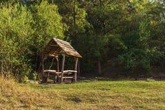 Деревянное газебо в парке, предыдущем падении Стоковые Изображения RF
