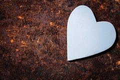 Деревянное голубое сердце на ржавой предпосылке Стоковое Изображение