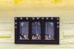 Деревянное, деревенское окно в старом коттедже, Vlkolinec, Словакии Стоковое Изображение