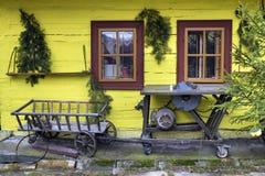 Деревянное, деревенское окно в старом коттедже, Vlkolinec, Словакии Стоковое фото RF