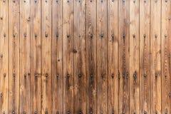 Деревянное заволакивание стены с большими декоративными ногтями стоковое фото rf