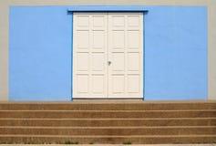деревянное закрытых лестниц двери белое Стоковое фото RF