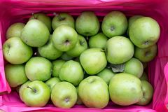 деревянное зеленого цвета пука коробки яблок зрелое Стоковое фото RF