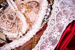 деревянное золотистых ювелирных изделий комода открытое Стоковые Изображения