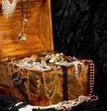 деревянное золотистых ювелирных изделий комода открытое Стоковая Фотография