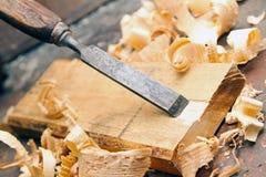 Деревянное зубило - винтажная мастерская woodworking плотничества стоковая фотография