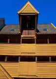 Деревянное здание с крышей плитки, Бергеном, Норвегией Стоковые Изображения