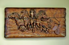Деревянное изображение с высекаенными лошадями, handmade стоковые фотографии rf