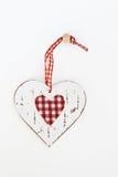Деревянное изолированное сердце в затрапезном стиля Стоковые Фото