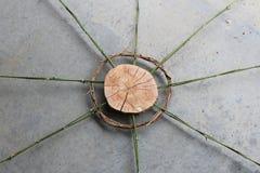 Деревянное искусство куска с бамбуком и переплетенными лозами, стоковые изображения rf