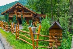 Деревянное кафе огражено с оловом в лесе в вызванных горах Babai стоковое изображение rf