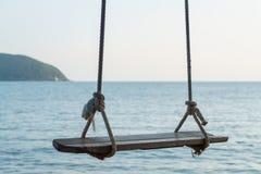 Деревянное качание и голубое море Стоковая Фотография RF