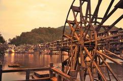 Деревянное колесо воды и старые деревянные дома на береге реки деревни Fenghuang Китая Стоковая Фотография RF