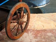 Деревянное колесо от деревенской тележки лошади стоковые фотографии rf