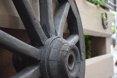 Деревянное колесо тележек на загородке стоковое изображение