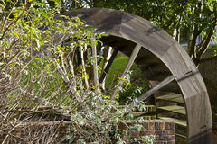 Деревянное колесо воды с листвой Стоковая Фотография RF