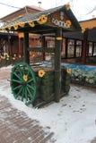 Деревянное колесо около колодца стоковая фотография