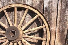 Деревянное колесо против амбара Стоковая Фотография