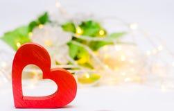 Деревянное красное сердце на белый день ` s валентинки предпосылки Концепция влюбленности романско элегантность стоковое фото rf