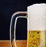 деревянное кружки света стекла пива служят пинтой, котор Стоковая Фотография RF