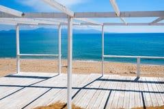 Деревянное крылечко на пляже стоковые изображения rf