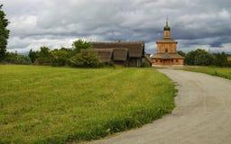 Деревянное небо дороги лужайки церков Стоковая Фотография RF