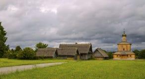 Деревянное небо дороги лужайки церков Стоковое фото RF