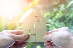 Деревянное ожидание головоломки для того чтобы выполнить домашнюю форму для дома мечты строения или счастливую концепцию жизни дл стоковое фото rf