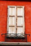 Деревянное окно было закрыто здания стоковое изображение