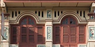 Деревянное окно закрывает - известную местную архитектуру в Джорджтауне, Penang, Малайзии стоковые фотографии rf