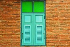деревянное окно на предпосылке кирпичной стены Стоковые Фото
