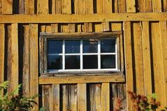 Деревянное окно сарая Стоковые Изображения