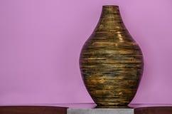 Деревянное орнаментальное основание с розовой предпосылкой Стоковые Фотографии RF