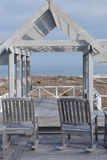 Деревянное патио и 2 стуль коромысла обозревают океан Стоковое Изображение RF