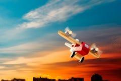 Деревянное плоское летание в заходе солнца стоковые фото