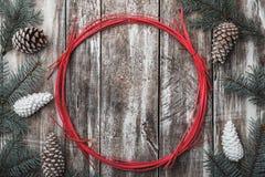 деревянное предпосылки старое Конусы и ветви ели красный цвет круга декоративный Космос на Xmas сообщения, рождество и Новый Год Стоковое Изображение RF