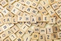 Деревянное преподавательство алфавита печатных букв Стоковое Фото