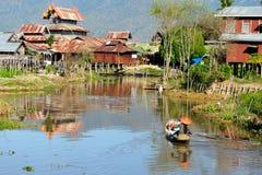 Деревянное развитие здания домов на ходулях в деревнях на озере Inle стоковое фото rf