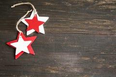 Деревянное рождество играет главные роли украшение в белом и красной на деревянном Bac Стоковое Изображение