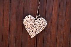 деревянное сердце на деревянных двери & x28; Valentine& x27; day& x29 s; Стоковое фото RF