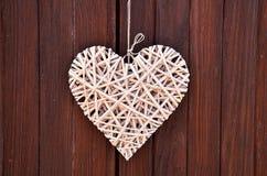 деревянное сердце на деревянных двери & x28; Valentine& x27; day& x29 s; стоковые фото