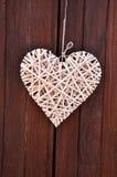 деревянное сердце на деревянных двери & x28; Valentine& x27; day& x29 s; Стоковая Фотография