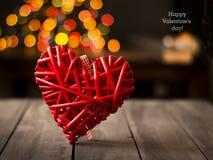 Деревянное сердце на темной таблице Валентайн дня s скопируйте космос Стоковые Изображения RF