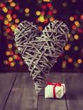 Деревянное сердце на темной таблице Валентайн дня s скопируйте космос Стоковое Изображение RF