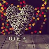 Деревянное сердце на темной таблице Валентайн дня s скопируйте космос Стоковые Фото