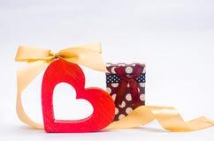 Деревянное сердце с смычком и подарок на белой предпосылке Валентайн дня s Влюбленность принципиальной схемы украшение Стоковые Фотографии RF