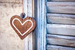 Деревянное сердце на предпосылке голубых штарок Стоковая Фотография RF